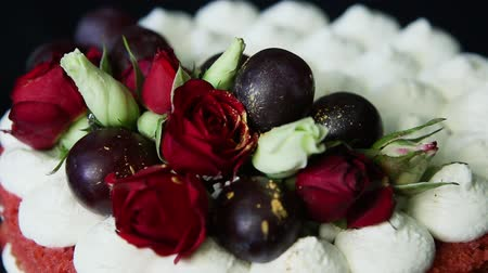 jedzenie : top view of handmade cake with bizet, grapes and roses
