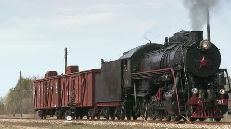 vasúti : Old steam locomotive train begins its journey Stock mozgókép
