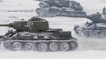 葡萄收获期 : Legendary Russian Tanks T34 attack an enemy position