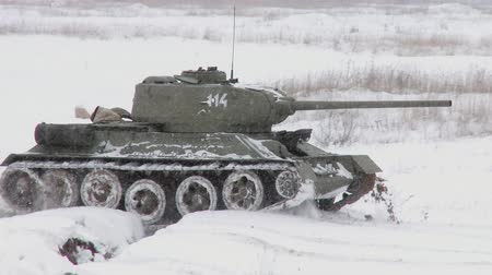 sovyet : Russian Tank T34 in snowy weather Stok Video
