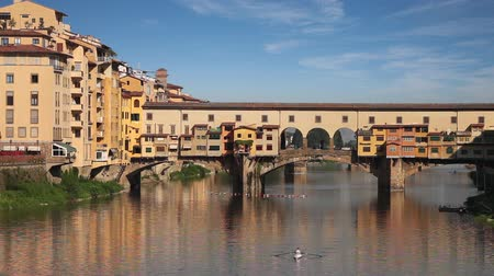 florencja : Ponte Vecchio stone bridge over the Arno River. Florence, Italy Wideo