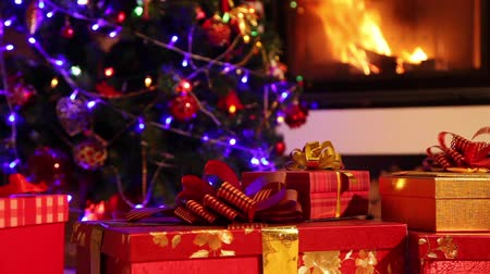şömine : Closeup of Christmas gifts with fireplace in the background