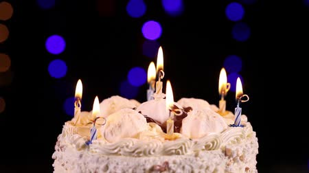 biszkopt : Happy Birthday cake with burning candles which are then extinguished, close-up