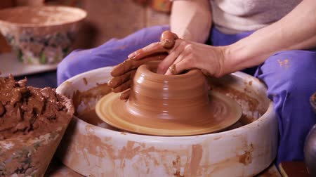 hrnčíř : Hands of a potter creating an earthen jar on the circle