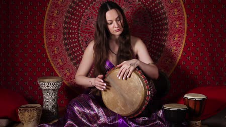 vurmalı : Dolly video shot of woman playing drum indoors. Audio included Stok Video