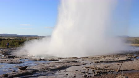 извержение : HAUKADALUR - SEPTEMBER 11: Strokkur Geyser erupting at the Haukadalur geothermal area, part of the golden circle route in Iceland September 11, 2017 in Haukadalur, Iceland