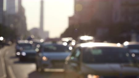 desfocado : Traffic during rush hour on the sunlit streets of the city. Real time. Blur focus