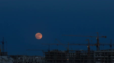 şantiye : The moon in the sky over a building site Stok Video