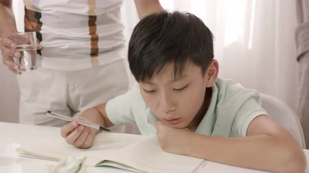 profundidade de campo rasa : Asian father standing and listening to frustrated son blurring about homework Stock Footage