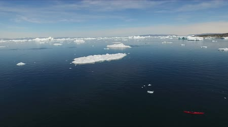 dev : Icebergs of Greenland near the village of Ilulissat Stok Video