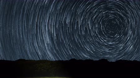 trilha : 4K Star Trails Stunning Cosmos Polaris North Star at center as earth rotates on axis. Beautiful Star Trails Time-lapse Stunning Cosmos. Beautiful night sky Vídeos