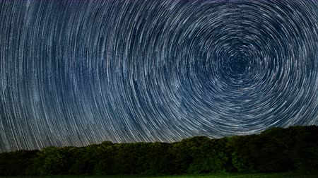 высокое разрешение : 4K Star Trails Stunning Cosmos Polaris North Star at center as earth rotates on axis. Beautiful Star Trails Time-lapse Stunning Cosmos. Beautiful night sky Стоковые видеозаписи