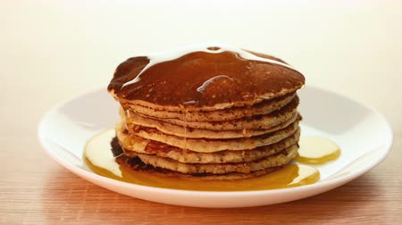 sirup : Pancake in a dish, poured stream of honey