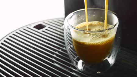machine sous : Making coffee in a cup of coffee poured