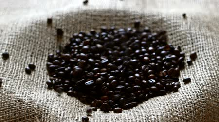 sabor : pouring roasted coffee beans close-up