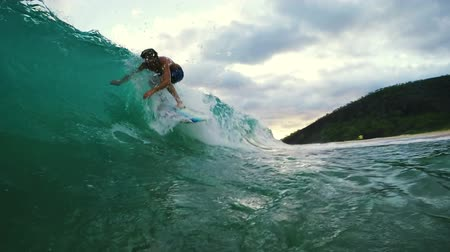 surf : Young Man Surfing Blue Ocean Wave. Shorebreak Wipeout. Filmati Stock