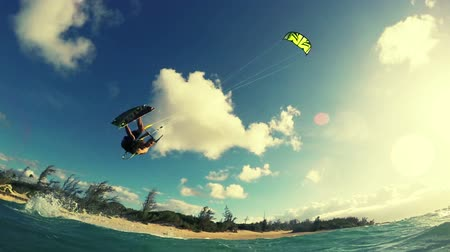 экстремальный : Kitesurfing Backflip in Ocean. Extreme Summer Sport HD. Slow Motion. Стоковые видеозаписи