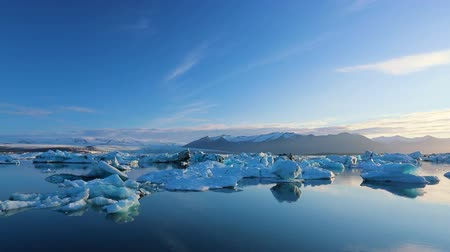 zmiany : Big Icebergs Drifting and Melting in Glacier Lagoon Wideo