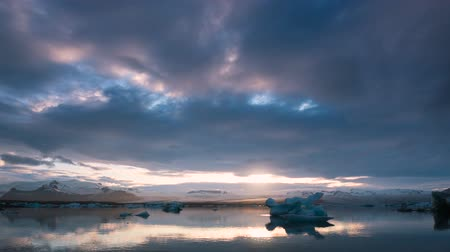 úszó jéghegy : Sunset Timelapse over Glacier Lagoon with Drifting Ice and Stormy Clouds