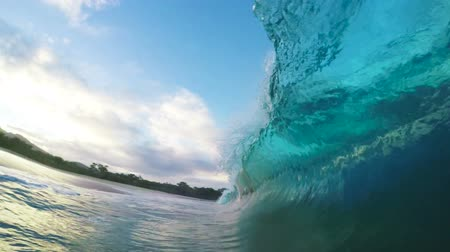 épico : Breaking Ocean Wave in Slow Motion in Hawaii. Shorebreak.
