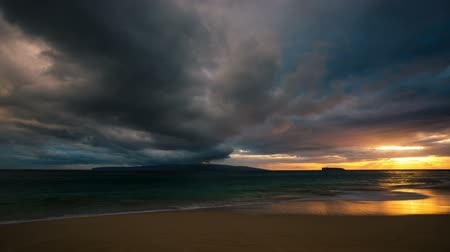 gün : Perfect Time Lapse Sunset. Dramatic Storm Clouds over Ocean Sunset in Hawaiian Islands.