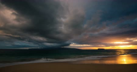 solar : Perfect 4k Time Lapse Sunset. Dramatic Storm Clouds over Ocean Sunset in Hawaiian Islands.