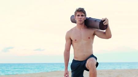 sportowiec : Fit Young Man Exercising on Beach. Crossfit Workout. Training Outdoors. Active Healthy Lifestyle. Fit male fitness model working out.