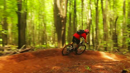 lifestyle : Intense Mountain Biking Follow Cam Shot Around Steep Dirt Berm Going Fast. Outdoor Active Lifestyle in the Forest. Wideo