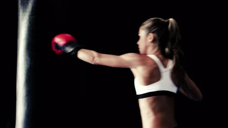 подготовке : Female Athlete Boxing Training. Woman Runs Towards Camera and Practices Throwing Boxing Punches. Healthy Active Lifestyle Стоковые видеозаписи