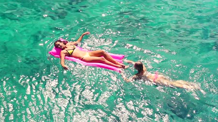 távozás : Luxury Resort Vacation. Beautiful Women Relaxing in Crystal Blue Ocean. Summer Vacation Lifestyle.