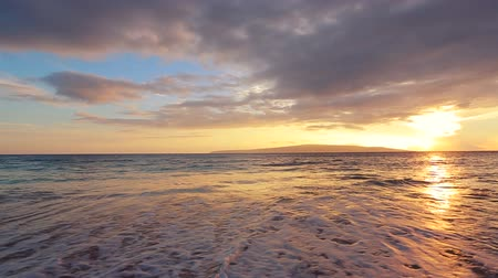 moře : Beautiful Beach Sunset. Smooth Gliding Steadicam Motion. Sun Sets into Pacific Ocean Over Hawaiian Islands.