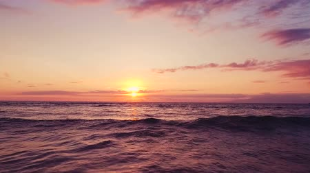 moře : Aerial Flight Over Ocean Waves Into Dramatic and Vibrant Hawaiian Sunset in Slow Motion