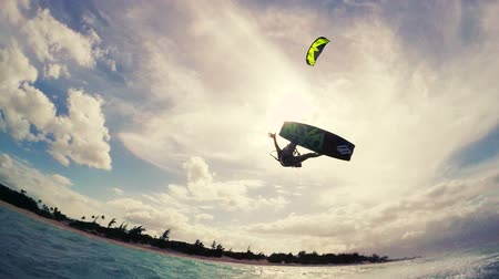 extremo : Girl Catches Big Air Kite Boarding. Summer Extreme Sports. Fun in the Ocean. Slow Motion.