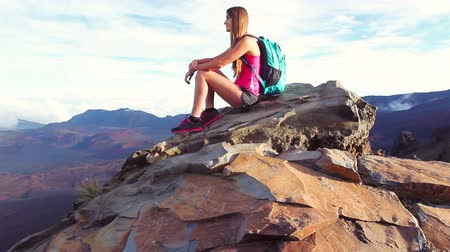 wspinaczka : Young Athletic Hiker Woman Sitting on top of Mountain. Reaching the Top. Healthy Active Lifestyle.