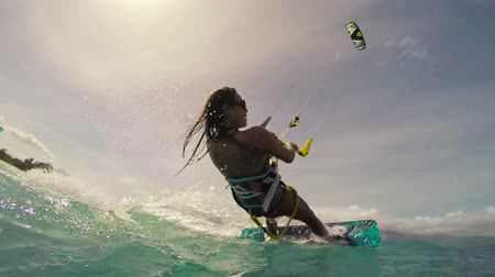 extremo : Kite Boarding Extreme Summer Sports Slow Motion. Young Woman Kitesurfing in Ocean in Bikini.