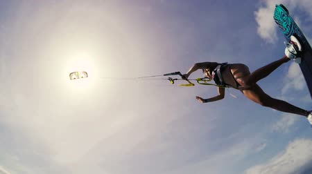 acrobata : Kite Boarding Extreme Summer Sports Slow Motion. Young Woman Kitesurfing in Ocean in Bikini.