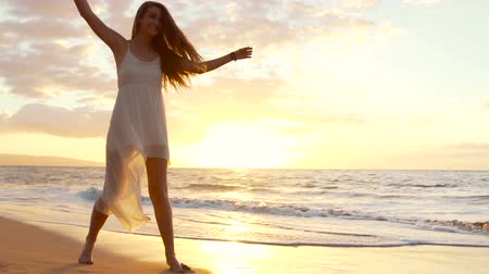 честолюбие : Beautiful Girl Walking Barefoot on Wet Sand Tropical Island Beach Sun Lens Flare Slow Motion Стоковые видеозаписи