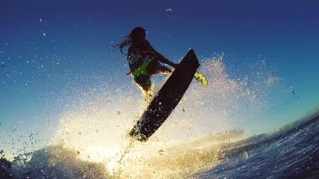 бикини : Girl Kite Surfing Catches Air Over Ocean Wave in Bikini Extreme Kitesurfing at Sunset. Summer Ocean Sport in Slow Motion. Стоковые видеозаписи