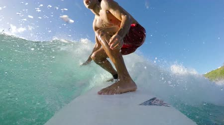aktionen : Surfer on Blue Ocean Wave Surfing Erste Barreled. POV GOPRO SELFIE