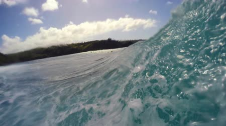 серфер : POV Surfing View Of Empty Ocean Wave Crashing. Extreme Sport Slow Motion HD GOPRO