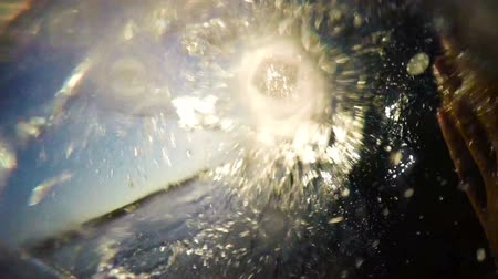 surf : POV Man Surfing Ocean Wave, estremo Sport HD Slow Motion. Surfer su Blue Ocean Wave Getting Barreled