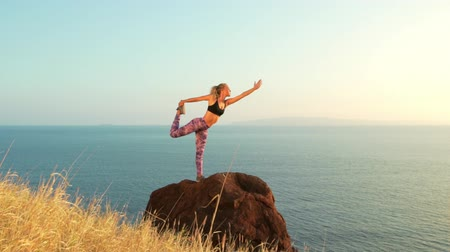 wspinaczka górska : Young Woman Practicing Yoga in Nature. Reaching the Top. Mountian View at Sunset.