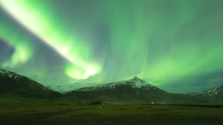 sneeuw : Northern Lights (Aurora borealis) time-lapse in IJsland (Uitzoomen)