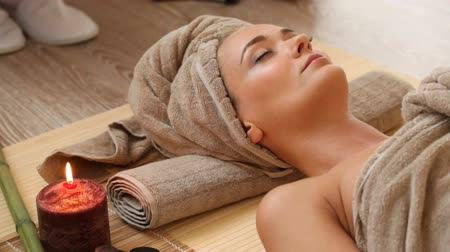 estância termal : young woman at spa session