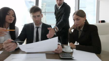 discussão : Group of business people discuss contract in office Stock Footage