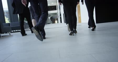 zadní : Business people walking in modern office building hall