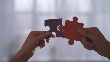quebra cabeças : Business people join puzzle pieces in office. Concept of teamwork and partnership