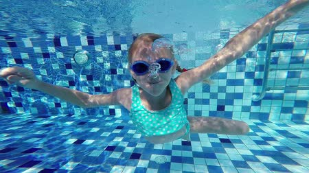 uszoda : Happy little girl swimming in the pool