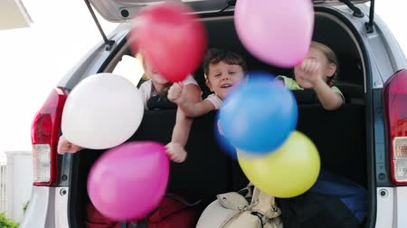 juventude : happy children sitting in car at the day time. Concept of happy youth.
