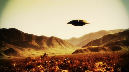 земной : UFO 002: Retro footage of a UFO flying saucer in the desert.